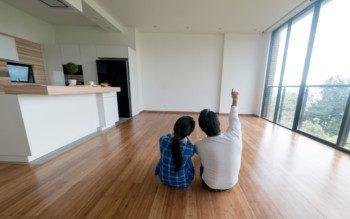 Casal planejando a decoração do novo lar