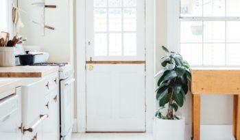 Cozinha minimalista? Aprenda a aproveitar melhor os espaços