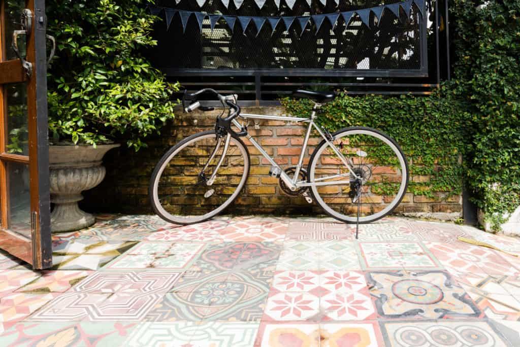 Bicicleta no jardim de casa