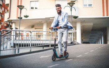 Dia Mundial Sem Carro - Homem vai para o trabalho de patinete