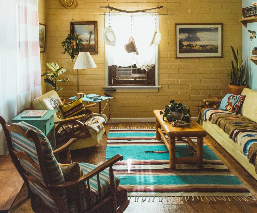 Sala decorada com um tapete bonito