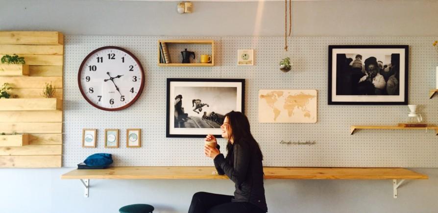 Fixar objetos nas paredes: como fazer sem usar pregos ou parafusos