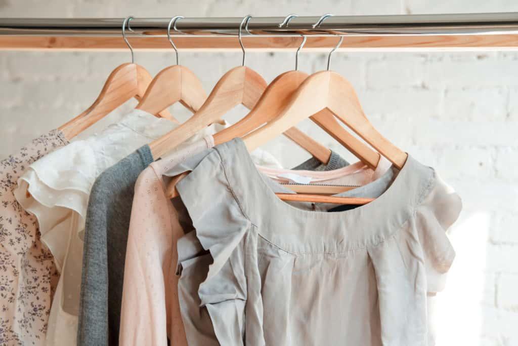 Cabides com roupas