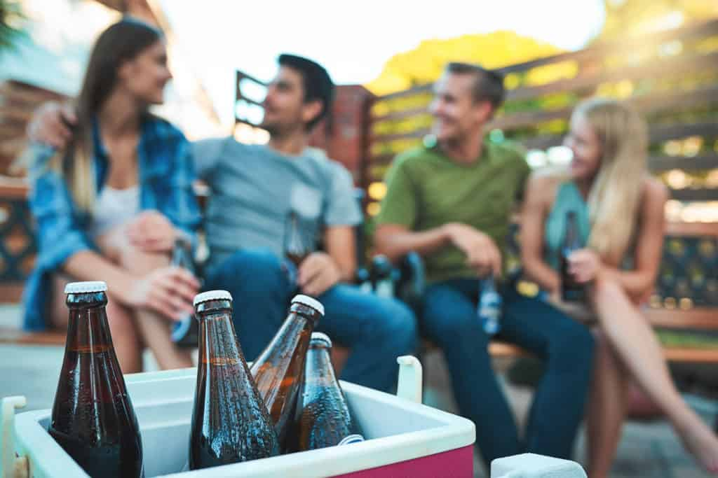 Amigos tomam cervejas em casa