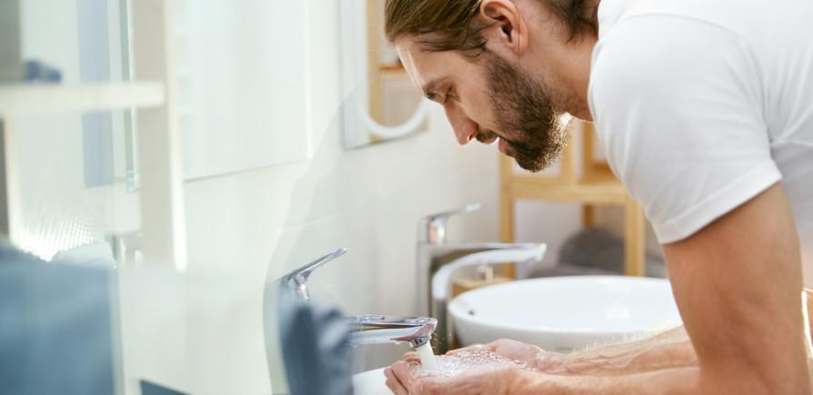 Economia de água - Homem lava o rosto