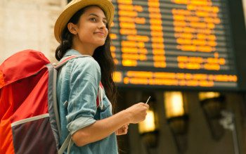 Viagem - Mulher no aeroporto com mochila