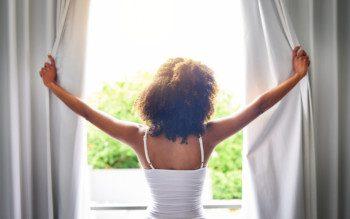 Cortina, persiana ou blecaute? Como bloquear a claridade do seu quarto