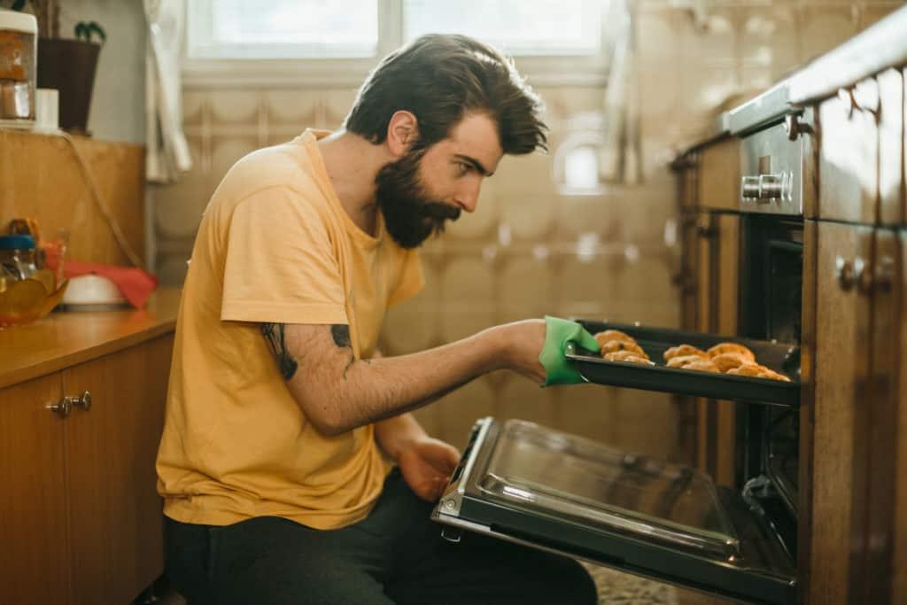 Jovem cozinhando