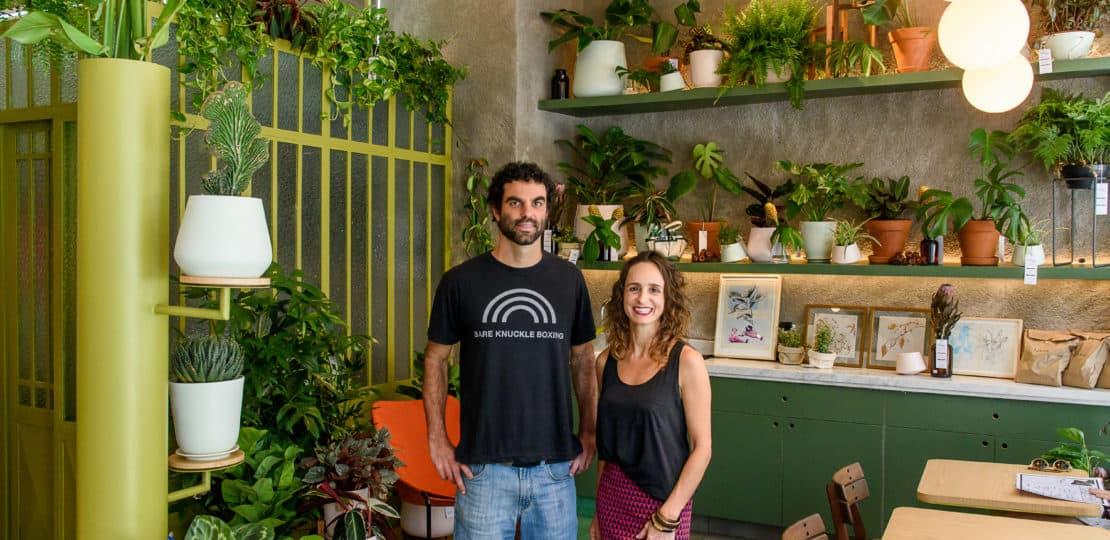 """Varanda com plantas: dicas de decoração pro """"quintal"""" do apartamento"""