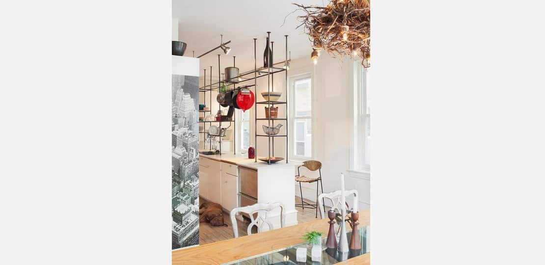estante metálica na cozinha