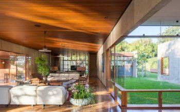 Foto que ilustra matéria sobre casas dos sonhos de Brasília mostra uma sala com vista para o jardim de uma casa