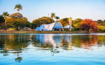 Foto que ilustra matéria sobre os bairros nobres de BH mostra a igreja da Pampulha vista de uma perspectiva de dentro da lagoa de mesmo nome.
