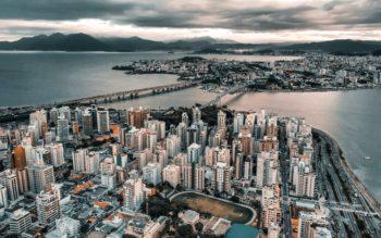 imagem áerea de florianópolis, mostrando a ponte que liga a ilha ao continente. Florianópolis está na lista das cidades com menor custo de vida do país