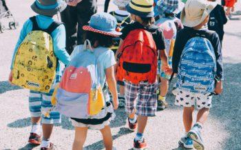 grupo de crianças andando na rua, usando mochilas escolares e roupas coloridas — capa do conteúdo sobre as melhores escolas particulares do Rio de Janeiro