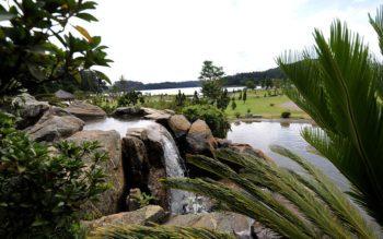 vista do parque da cidade, localiza em jundiaí. Imagem mostra uma das cascatas presentes o parque, com lago e represa ao fundo
