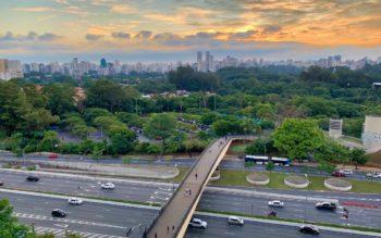 Vista panorâmica de uma ponte sobre uma rodovia que permite atravessar para um parque em Guarulhos.